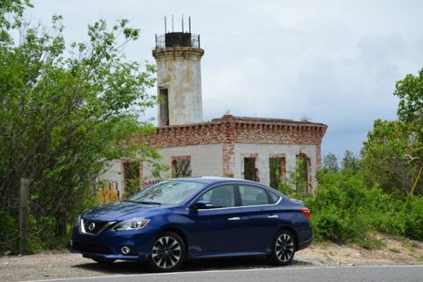 La versión del 2016 del Nissan Sentra recibió cambios significativos en su diseño y en el listado de equipo. Recientemente lo probé con un road trip al suroeste de la Isla. Aquí está el modelo SV que manejé frente al antiguo faro de Guánica.  Fotos: Andrés O'Neill, Jr.