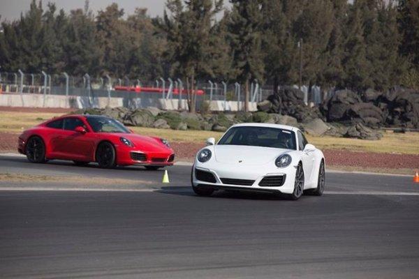 Un par de 911 en plena acción. Foto: Mauricio Carrera para Porsche