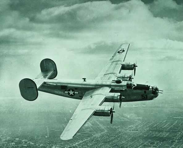 Un bombardero B-24 Liberator fabricado por Ford. Durante la Segunda Guerra Mundial todas las automotrices americanas cesaron de producir automóviles para fabricar equipo bélico. FOTO: Ford Motor Company