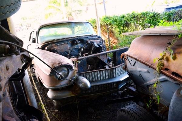 43a5657d El año comenzó muy bien. El mismo primero de enero me topé con un lote de  cerca de 20 autos clásicos abandonados como este Cadillac rosado del 1956.