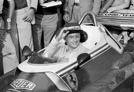 Niki Lauda sul tracciato di Fiorano prova la sua Ferrari a circa un mese dall'incidente in Germania, settembre 1976 (AP Photo/Fornezza)