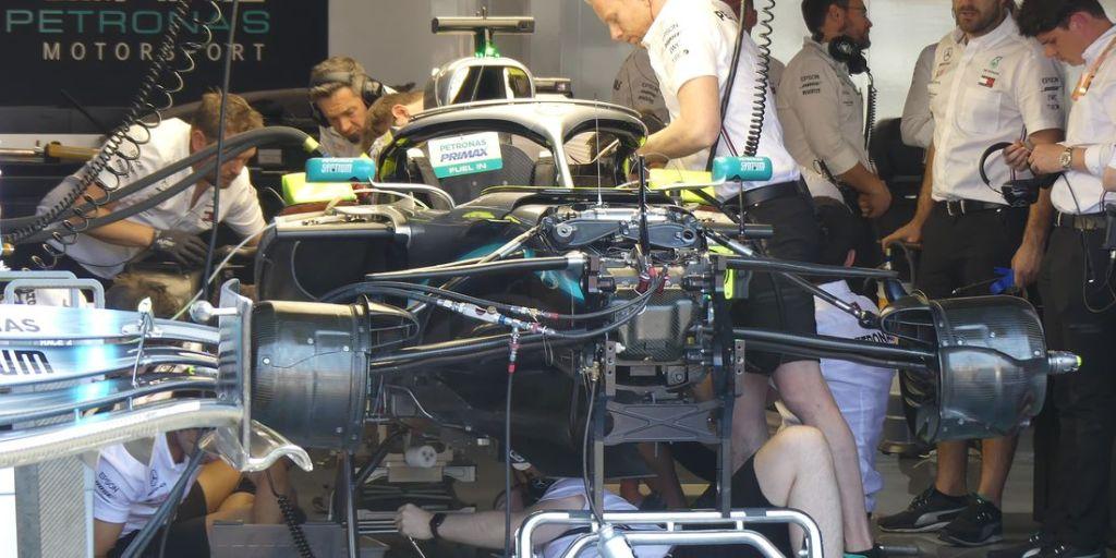 Tecnici Mercedes al lavoro sulla vettura di Lewis Hamilton