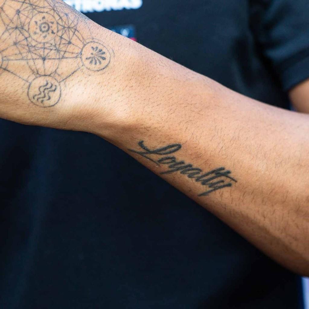 Tatuaggio Lewis Hamilton lealtà