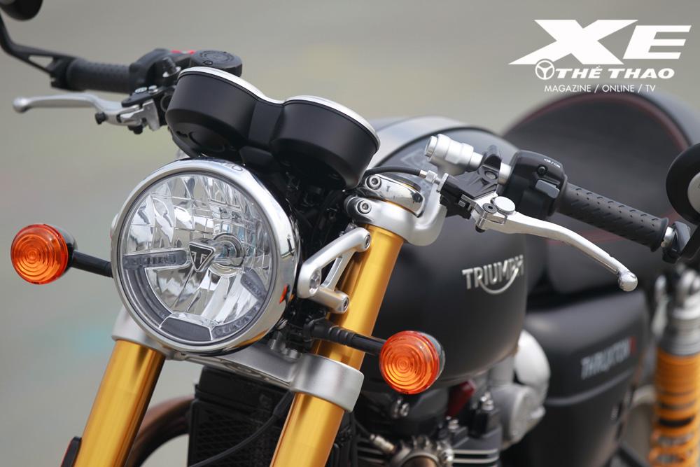 Độ nghiêng trục lái 22,8 độ giúp tay lái clip-on ở vị trí khá vừa vặn với biker theo đúng kiểu xe đua truyền thống mà không bị gò bó.