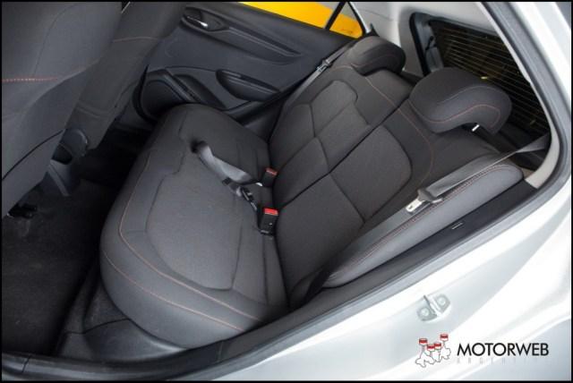 2013-08 TEST Chevrolet Onix Motorweb 42 copy
