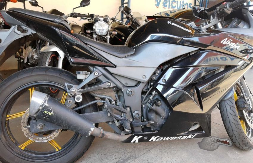 Leilão tem KAWASAKI Ninja 250R com lance inicial de R$400