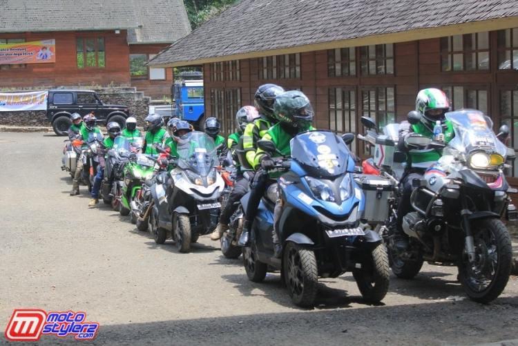 Peserta Pikoli Standarisasi Tata Cara Berkendara Sepeda Motor Berkelompok-Singgah Di Ciwidey Kabupaten Bandung