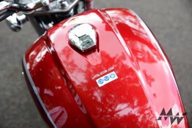油箱蓋保留CB 750造型,在大腿處收縮讓騎士便於騎乘。水滴型的電鍍油箱蓋,下方還附有ABS及油料、維護等提醒圖示。