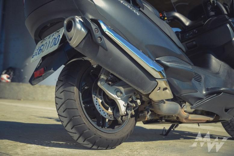 引擎與排氣管獨立於後搖臂之外,不會隨著輪胎上下晃動,對於動態的穩定性有很大的幫助,加上前移的引擎重心與雙三角台的加持下,有著近似檔車般的騎乘感受。