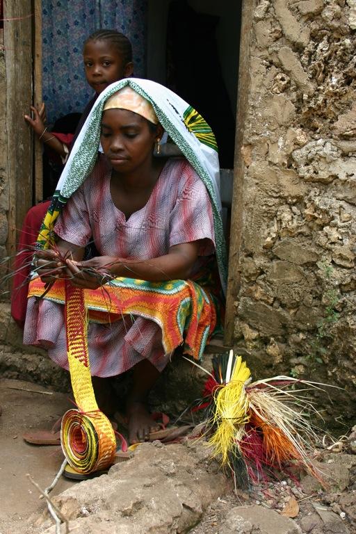 woman plaiting gombe zugu