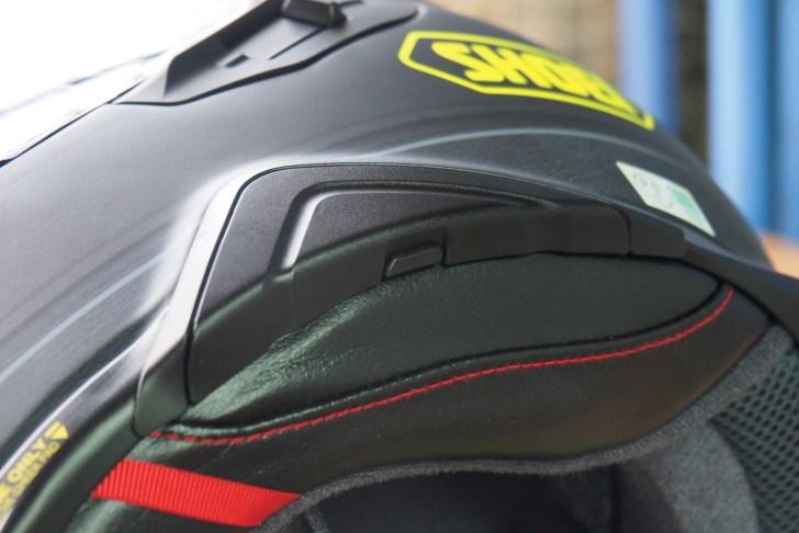 GT-AIR2にはインカムをスマートに装着するギミックが搭載されている