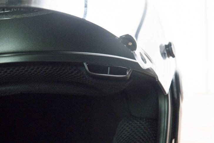 シールドのベンチレーションから入った空気は内装の内側に導かれる
