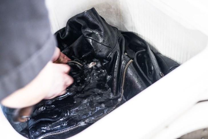 洗濯機に水をためて手作業ですすぎを行う
