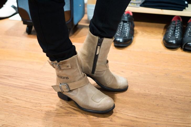 helstonはレザーの品質に絶対の自信を持っているメーカーなんだとか。サイドジッパー付きで脱ぎ履きしやすかったですよ♪革質は少し硬めの印象でした。履いているうちに馴染んでくる感じだと思います