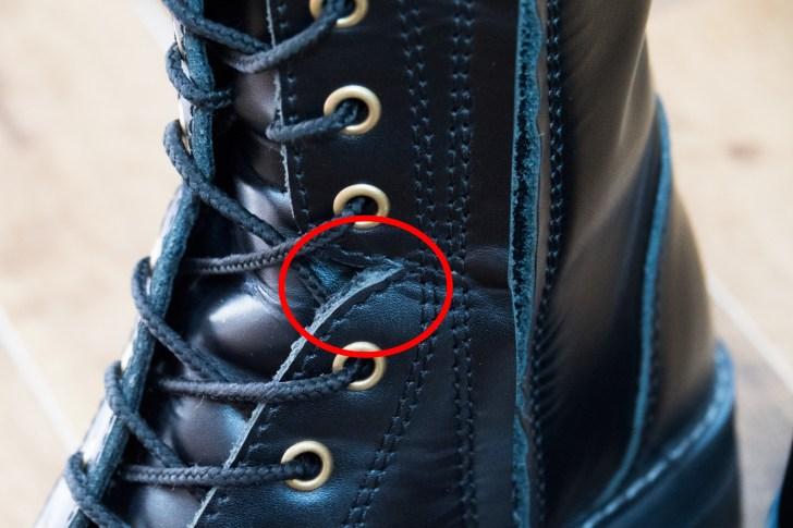 紐ありモデルの方は赤丸の部分に切れ込みがあるので、足が曲げやすくできている