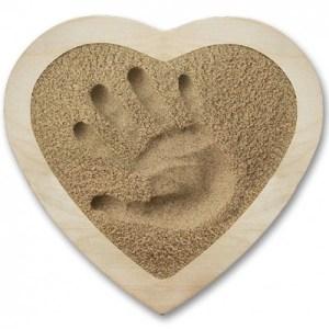 coffret-empreinte-main-avec-encadrement-coeur-et-sable-naturel-20-x-25-cm