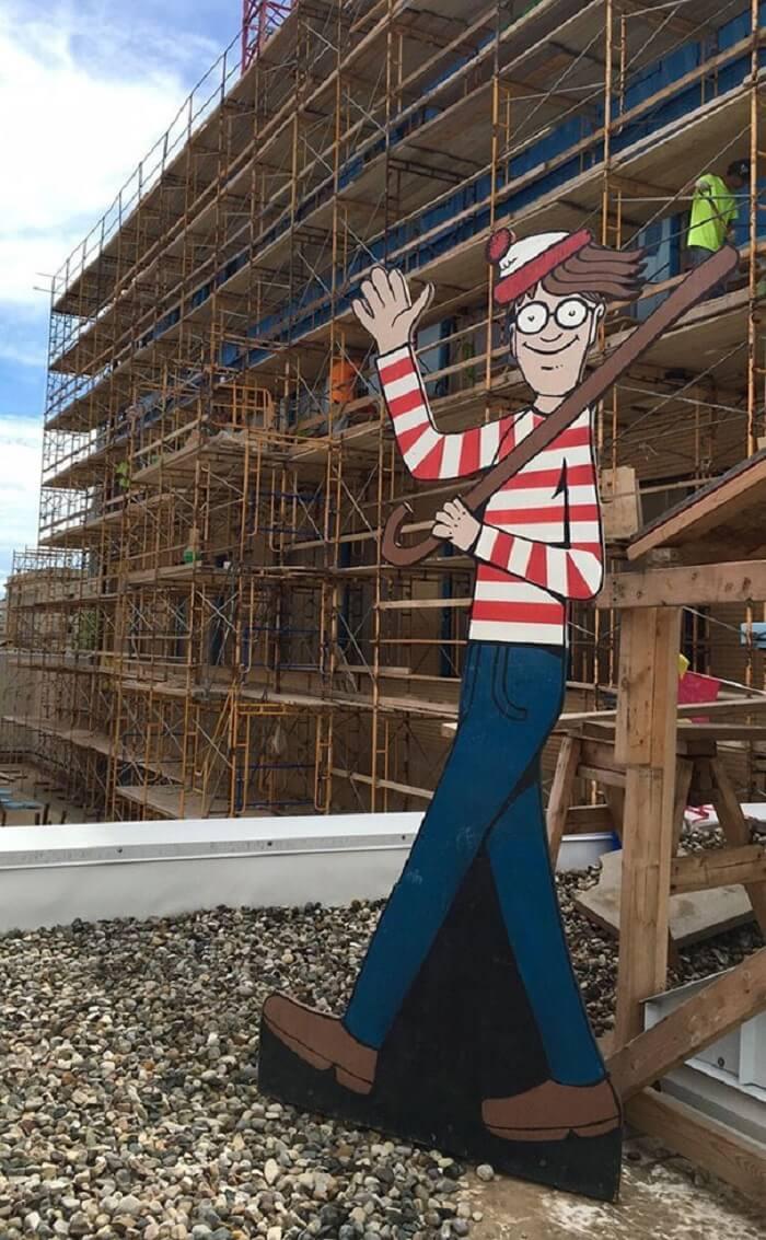 Obrero esconde a Waldo a diario para divertir a niños de un hospital vecino