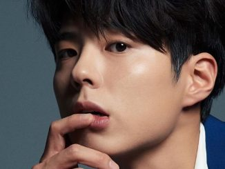 picture of park bo gum holding his chin