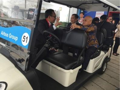 Pak Arif (CEO Garuda) dan Pak Jusman (paling kanan, Komisaris Utama Garuda Group) sebelum menuju chalet Airbus