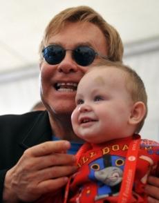 Elton John y su hijo adpotado, Lev