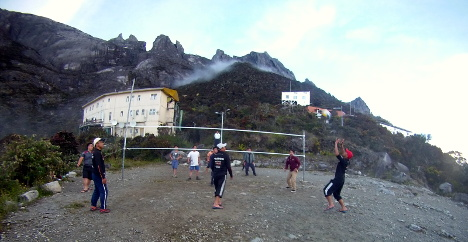 The guides and porters playing volleyball at Laban Rata