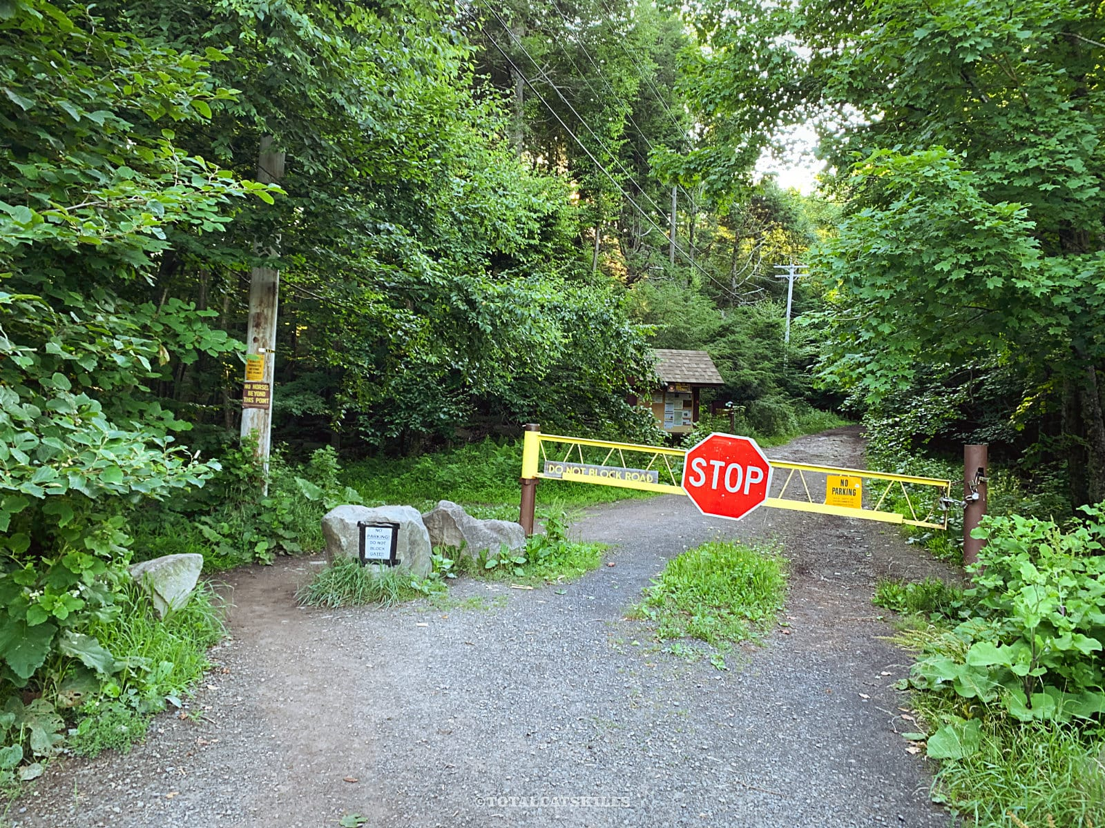 overlook mountain trail: yellow gate with stop sign