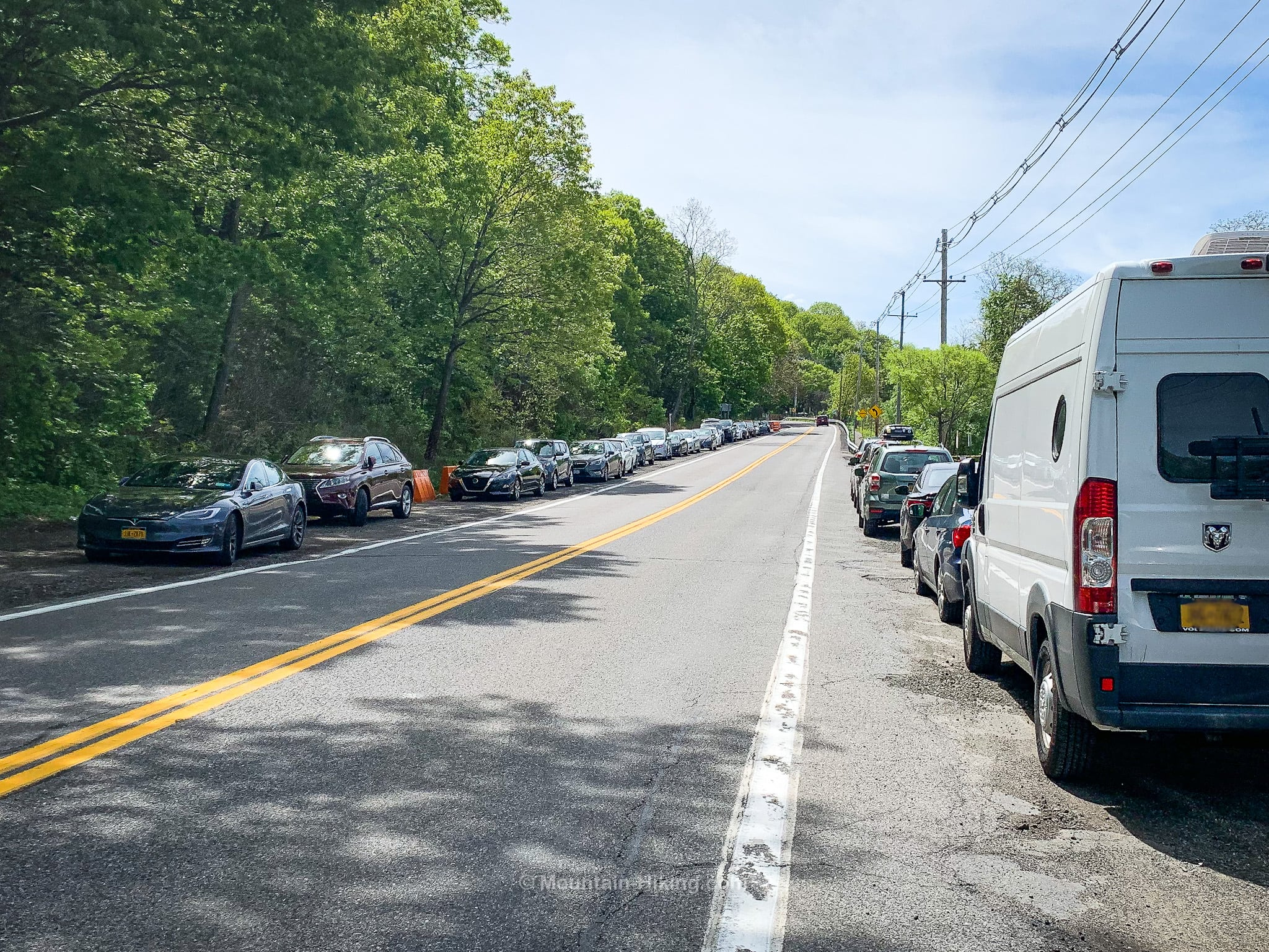 cars parked on both sides of 9D for Breakneck Ridge