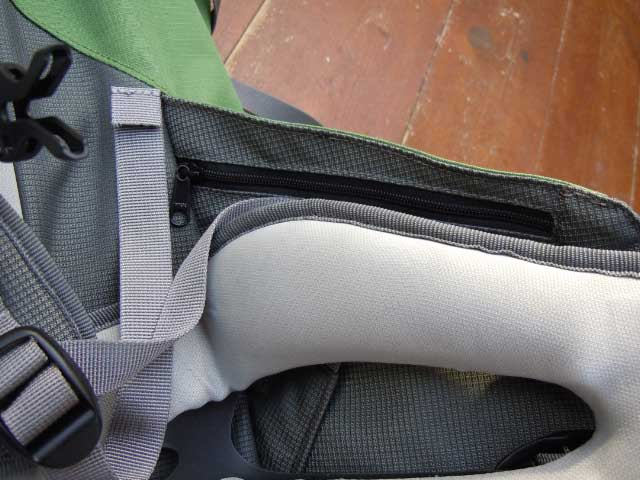 Hidden pocket on the inside of of the well-shaped and padded waist-belt.
