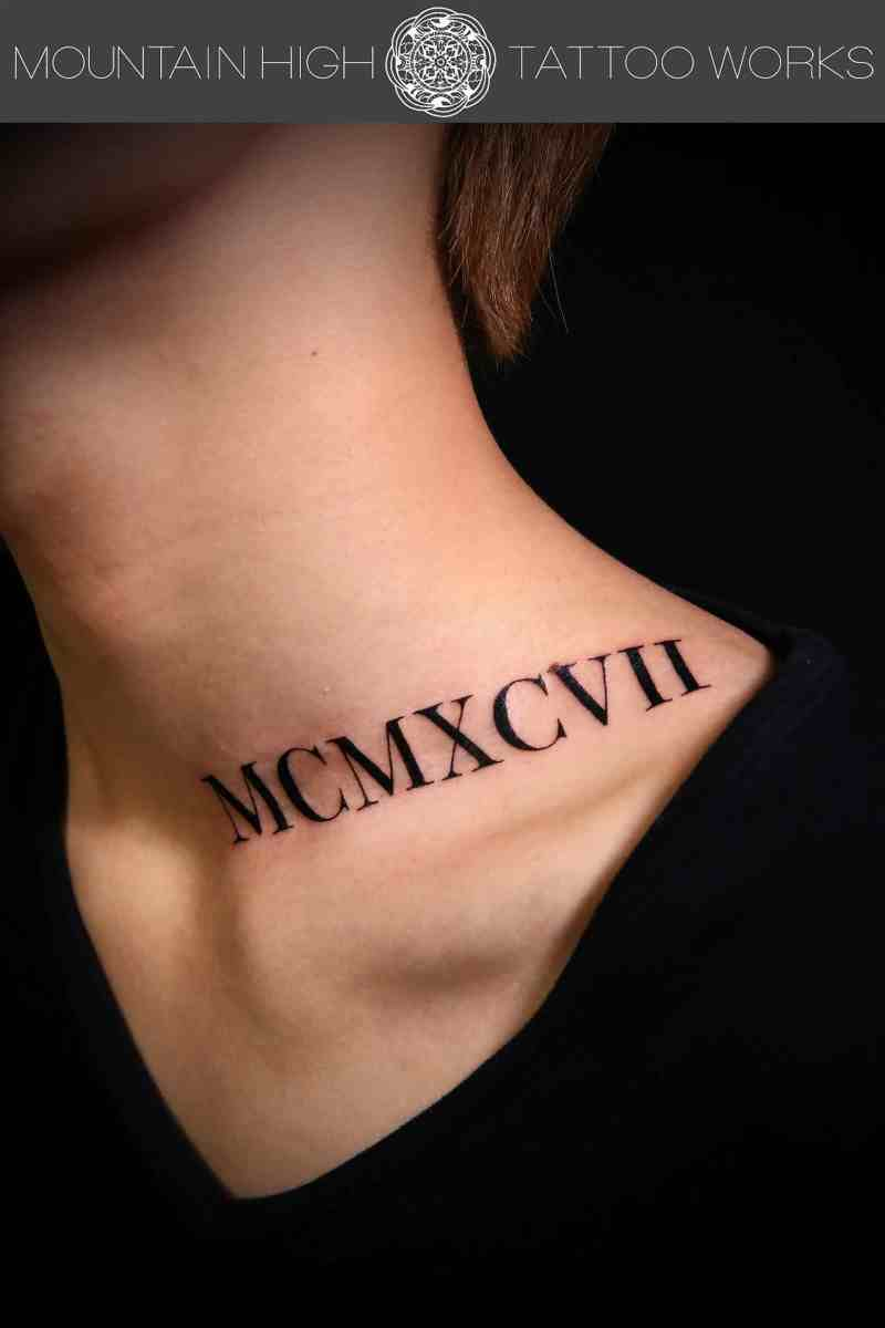 首にローマ数字のタトゥー