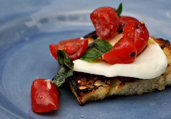Grilled-bruschetta-with-fresh-mozzarella-and-garlic-marinated-tomatoes