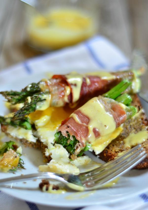 Prosciutto Wrapped Asparagus Eggs Benedict | mountainmamacooks.com