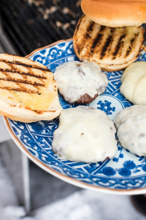 Garlic Bread Cheeseburgers with Wisconsin Mozzarella | mountainmamacooks.com