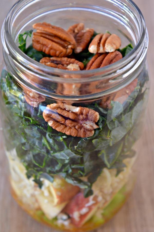 Kale, Quinoa, and Apple Mason Jar Salad | mountainmamacooks.com