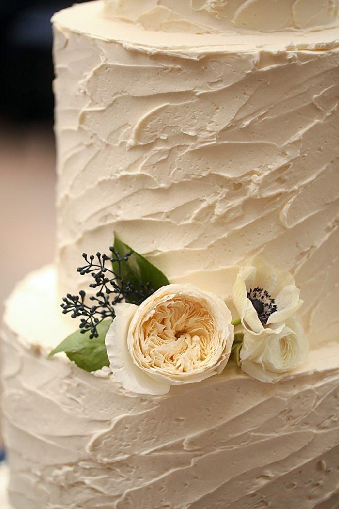 23-rustic-white-wedding-cake-detail-Park-City-Utah-Wedding-Pepper-Nix-Photography