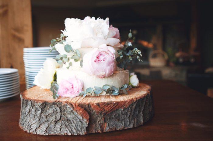 21 Rustic Wedding Cake Sandpoint Idaho Mountain Wedding Amy Galbraith Photography   Via MountainsideBride.com