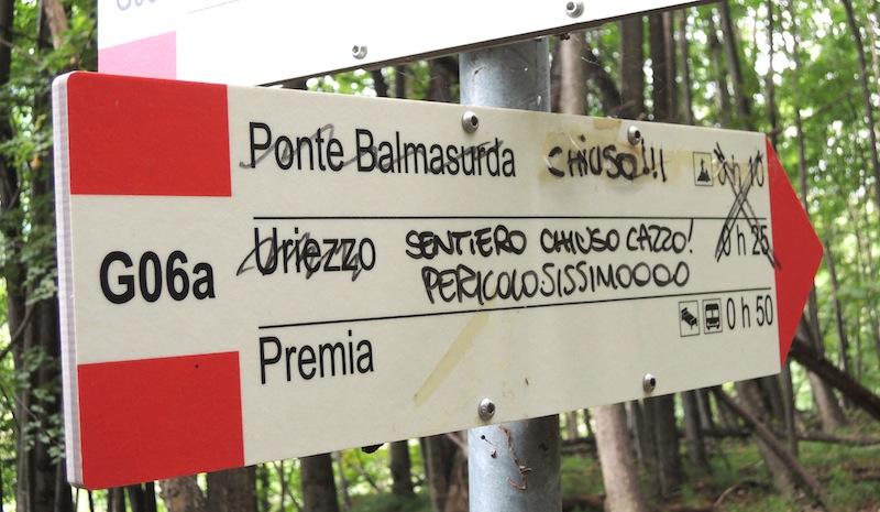 Un avvertimento tracciato da ignoto con il pennarello su una tabella segnavia in Valle Antigorio. (Ph.R. Serafin)