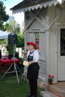 Association member and picnic co-organizer Judy Goss announces entertainment.