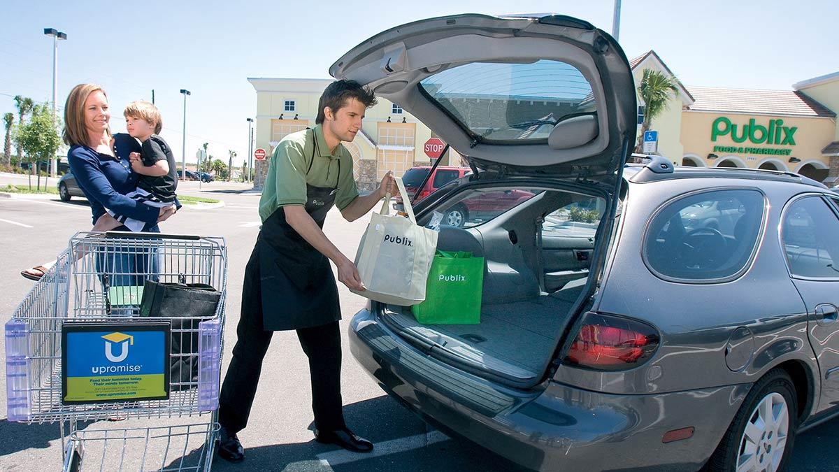 A Publix bagger helping a customer