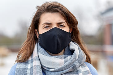 A woman wearing a mask druing the COVID-19 pandemic
