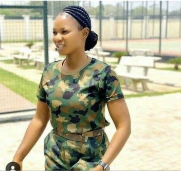 PHOTO: Guys still afraid to chat me— female soldier cries out