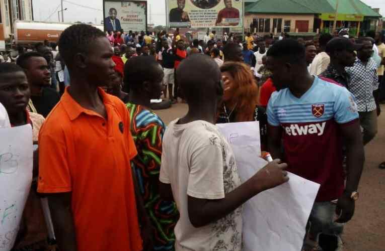 #EndSARS: Motorists groan as protesters block Ogbomoso, Ibadan major roads