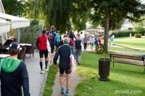 Die Läufer bewegen sich in den Startbereich