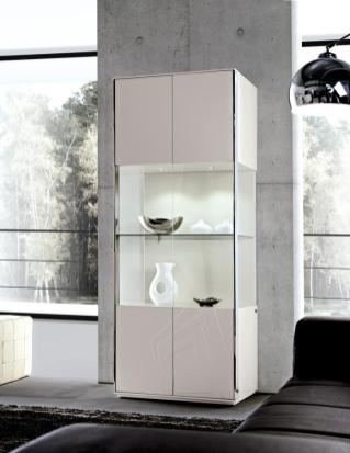 Vitrine em lacado branco com detalhes em inox com Led´s. Personalize o mesmo de acordo com o seu gosto e espaço.