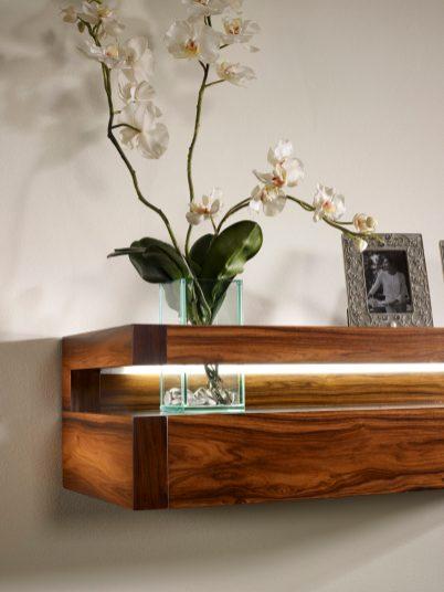 Consola em pau ferro alto brilho com detalhe em vidro. Peças de mobiliário que transformam os ambientes.