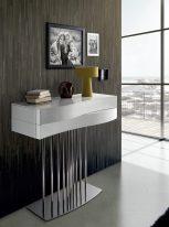 Consola em lacado branco com pés em inox. Peças de mobiliário que transformam os ambientes.