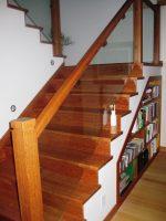 Escada e biblioteca fabricada por nós.