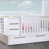 Convertível em lacado branco e creme. Visite-nos e conheça a nossa colecção de mobiliário para bebé!