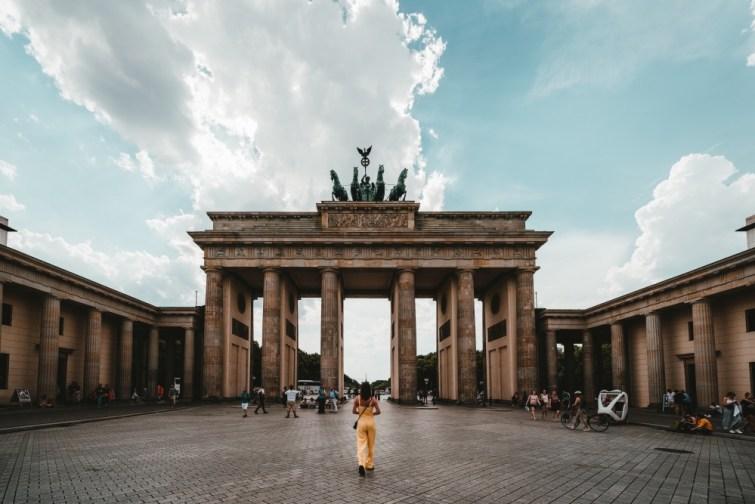 Nach Berlin ziehen: Frau steht vor Brandenburger Tor
