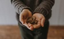 Umziehen ohne Geld: zwei Hände mit kleingeld