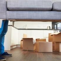 Seriöses Umzugsunternehmen hebt Couch
